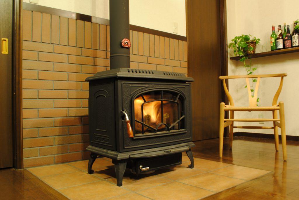 ナガノを薪ストーブで暖かく暮らす。断熱もしっかりと行ったうえで使う薪ストーブの効果は絶大。あたたかくじんわりと伝わる熱の効果は、体をしっかりと温めてくれます。