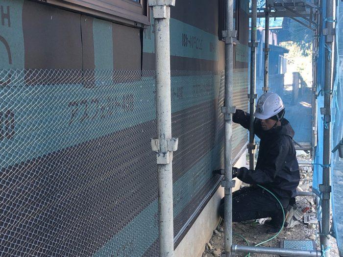 外壁左官工事のラス網施工写真