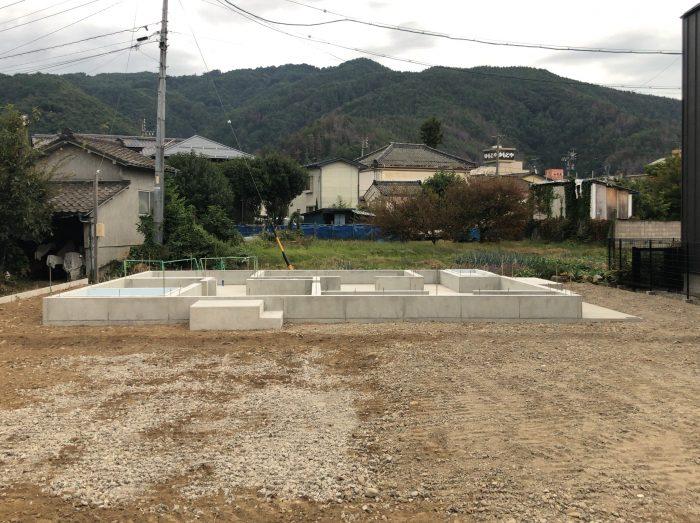 基礎コンクリートの完成。密実に打設されたコンクリートには、空隙が少なく、キレイに打設されています。