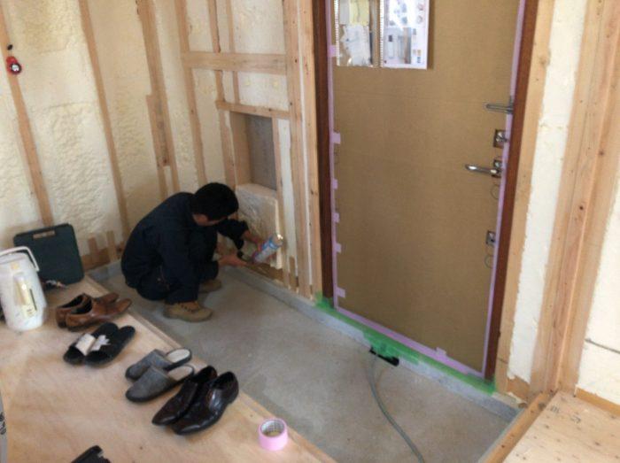 木造住宅で気密測定をする様子の写真