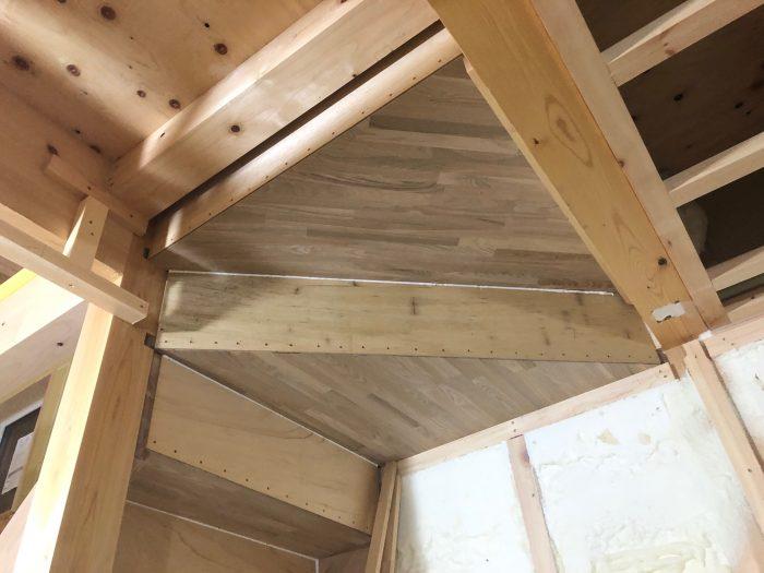 木造階段の裏側がきれいな様子写真