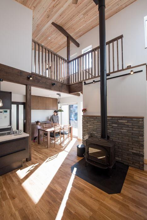 薪ストーブと吹抜けで暖かく暮らす。温めた空気が室内を循環して、寒い信州の冬でも暖かく快適に過ごすことが出来ます。