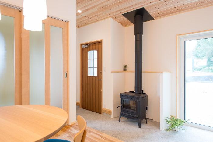 土間のあるリビングで、薪ストーブを楽しむ暮らし。高気密、高断熱、高耐震の木造住宅の設計が得意な設計事務所です。原価で建築sh知恵建築費を抑える設計が得意です。