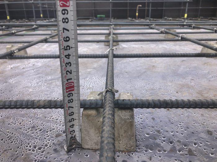 基礎コンクリートの検査の様子写真