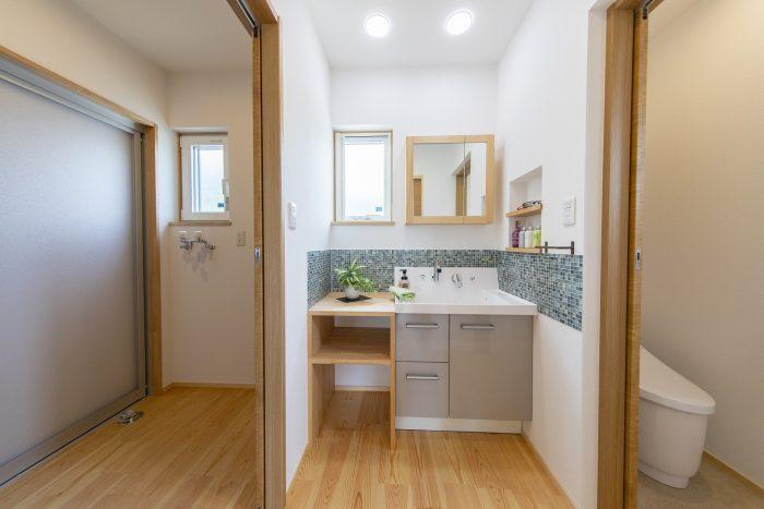 脱衣室と別に洗面台を設けた写真
