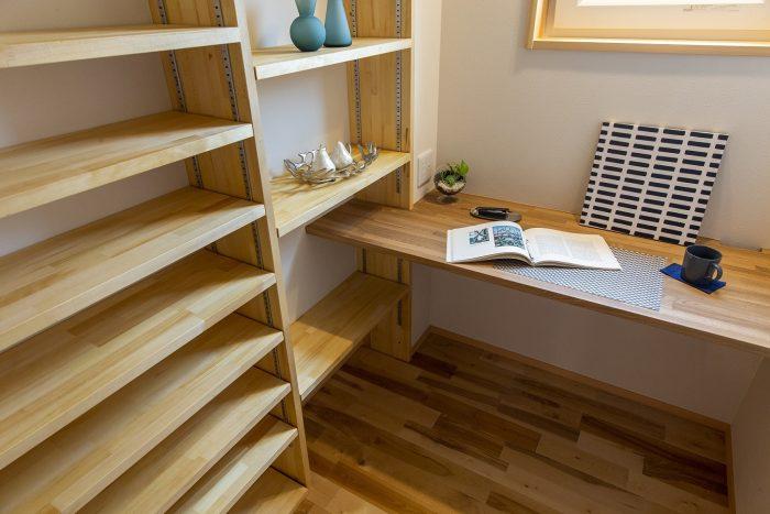 書斎のテーブルや収納棚の住宅写真