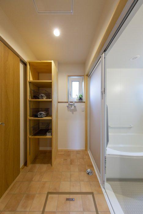 洗面脱衣室に収納がある住宅写真