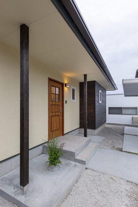 玄関先に庇のある空間がある住宅写真