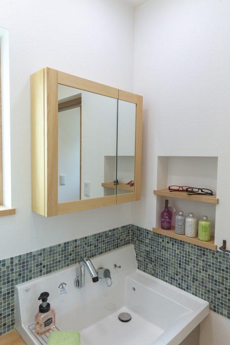 タイル貼りの洗面化粧台の写真