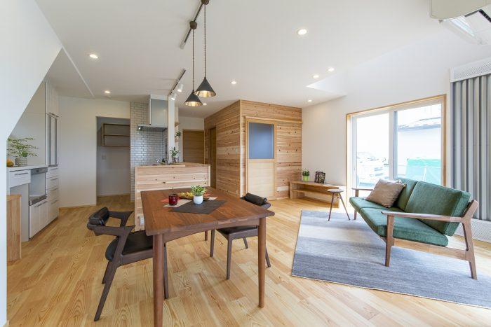 キッチンと横並びのダイニングテーブルの写真