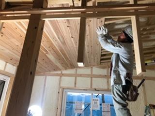 天井に板を張り付けていく様子の写真