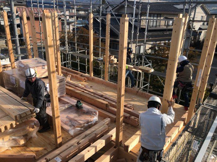 柱を建て起こしている様子の写真