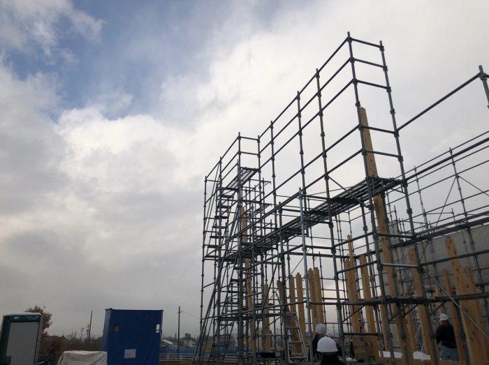 棟上げにおける柱を起こした様子写真