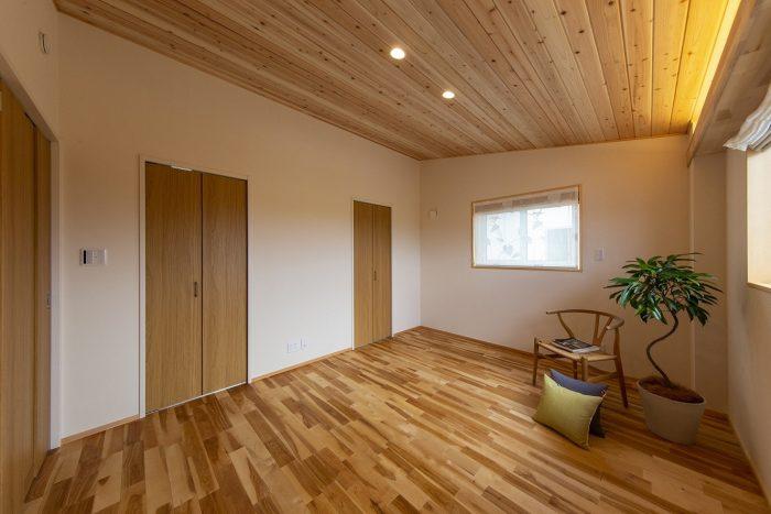 勾配天井に間接照明をデザインした部屋の写真