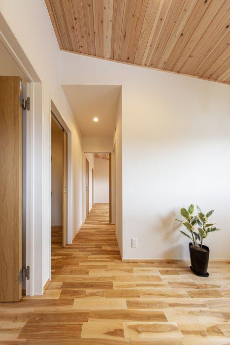 勾配天井と板張りの住宅写真