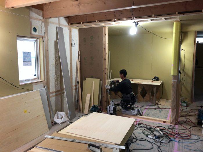 キッチンの大工工事を進めている様子写真