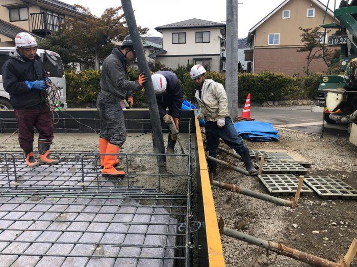 基礎コンクリートの打設の様子写真