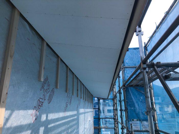 屋根の軒裏の施工が完了した様子写真