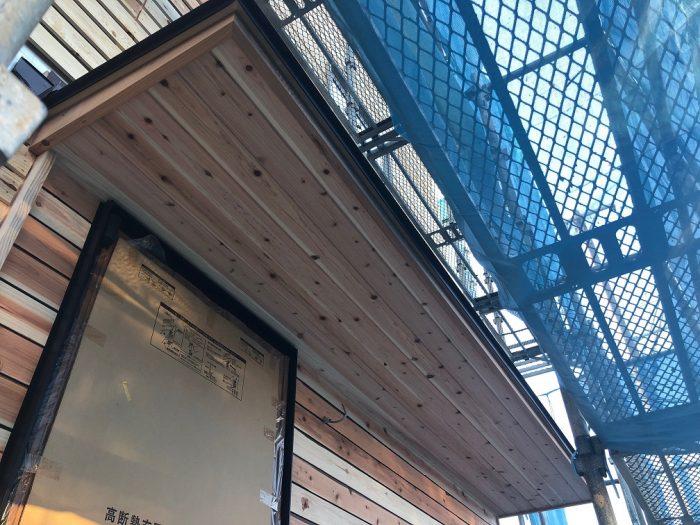 ネコとくつろげる高気密高断熱の家をデザインさせていただきました。コンパクトでありつつも効率的な動線での設計を心がけて、キッチンにパントリーも配置。シューズクローゼットの土間もあって、階段下のスペースも隅々まで使い尽くせるように空間を最大限活用しています。松本・安曇野・塩尻・岡谷・諏訪・茅野周辺でご県途中の方はお気軽にご相談ください。
