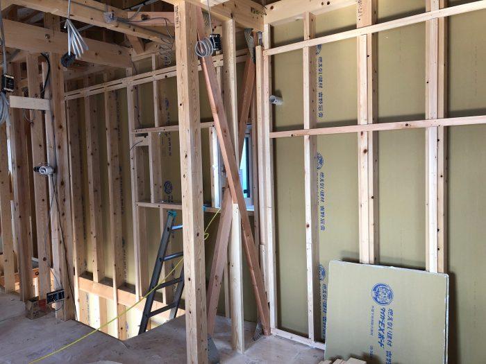 室内の構造部材を検査していく記録の写真