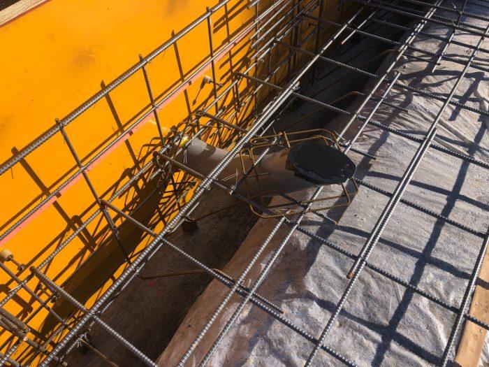 排水配管の補強している様子の写真