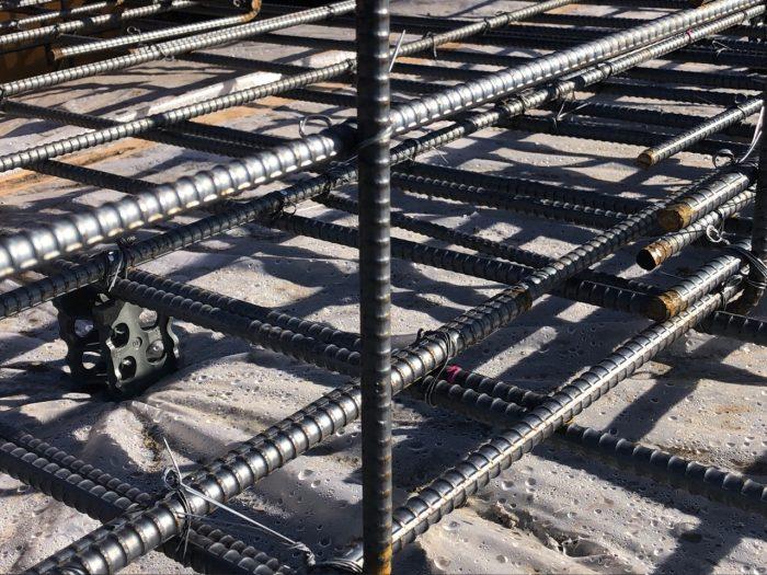住宅用の基礎の鉄筋を検査している写真