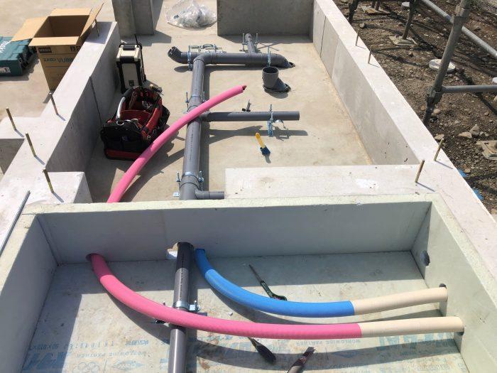 床下給排水の配管の様子写真