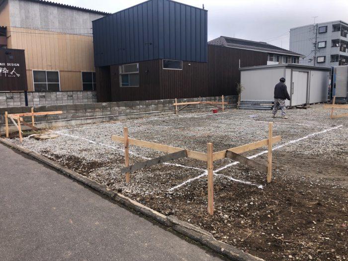 地面に位置を出して、基礎工事をスタートする様子の写真